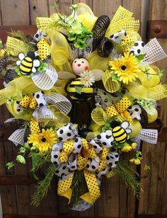 Bumble bee decomesh wreath by WilliamsFloral on Etsy, Deco Mesh Crafts, Wreath Crafts, Diy Wreath, Wreath Ideas, Tulle Wreath, Burlap Wreaths, Summer Wreath, Spring Wreaths, Winter Wreaths