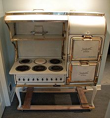 Hotpoint Vintage Stove - there must be a business reproducing some of these lovely old designs with some modern technology chucked in Antique Kitchen Stoves, Antique Stove, Old Kitchen, Kitchen Redo, Kitchenette, Fiesta Kitchen, Vintage Stoves, Retro Stoves, Vintage Appliances