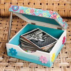 Mit dieser süßen Bastelidee schwirren die Fotos ihrer Lieben nicht mehr im Kasten herum, sondern haben einen tollen Platz für Erinnerungen. Toy Chest, Storage Chest, Toys, Home Decor, Memories, Handarbeit, Craft, Kids, Room Decor