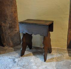 A EARLY 17TH CENTURY OAK BOARDED STOOL. ENGLISH. CIRCA 1620.