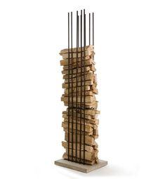 Holzlege Berlin aus Bewehrungsstäben und einem Beton-Sockel