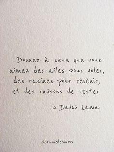 """""""Donnez à ceux que vous aimez des ailes pour voler, des racines pour revenir, et des raisons de rester."""" Citation de Dalaï-lama #citationdujour #penséepositive #bellephrase #quote #DalaiLama #commedesmots"""