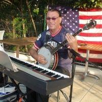 Sa voix inimitable en fait pâlir plus d'un et plus d'une..Et oui, il nous vient des USA et chante remarquablement bien Franck Sinatra ! #chant #musique #Montpellier #concert #jazz #swing http://www.trinquefougasse.com/nord/musica