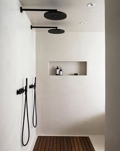The latest in Minimalist interior design. See what perfect minimalist interior design looks like with these inspiring examples. Interior Minimalista, Minimalist Interior, Minimalist Home, Minimalist Design, Monochrome Interior, Minimal House Design, Nordic Interior Design, Black And White Interior, Interior Colors