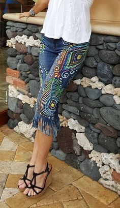ReMused colorful peacock feather design on cropped fringed denim - Bricolage Kleidung Upcycle Diy Jeans, Jeans Refashion, Refaçonner Jean, Jean Diy, Artisanats Denim, Denim Art, Painted Jeans, Painted Clothes, Bohemian Mode