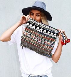 The boho look owes much to the hippie style that was developed in the middle to late Fashion pundits the world over. Bohemian Mode, Boho Gypsy, Hippie Chic, Hippie Style, Bohemian Style, Gypsy Soul, Ibiza Fashion, Look Fashion, Fashion Bags