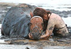 permanece horas junto a su caballo atrapado en el barro