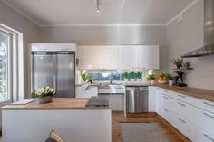 Topi-keittiö, jossa kauniit korkeakiiltoiset valkoiset kaapistot ja puutasot. Saareke antaapaljon lisämahdollisuuksia keittiön hyödyntämiseen. Välitilassa oleva iso ikkuna antaa ihanasti valoa. Yläkaappien yläpuolelle jäävä avoin tila tuo mukavasti lisää tilan tuntua.