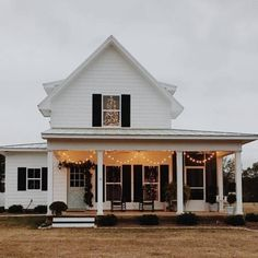 exterior design If you're thinking of exterior decorating or remodeling, you can look at going for white farmhouse decor since it is among the most well-known themes readily available Home Beach, White Farmhouse Exterior, Farmhouse Decor, Farmhouse Style, Farmhouse Interior, Farmhouse Plans, Cute House, House Goals, Humble Abode