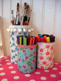 Casa decorada com muitos tecidos coloridos