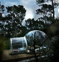 以前当サイトでご紹介した、シャボン玉型がとってもラブリーかつファンタジックなテント、『Bubble Tree』のBubbleシリーズ。 本日はこの夢のようなテントに宿泊できる …