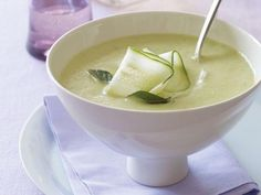 chilled cucumber-avocado soup from prevention magazine. only 230 calories per serving! Avocado Soup, Avocado Recipes, Veggie Recipes, Lunch Recipes, Soup Recipes, Cooking Recipes, Healthy Recipes, Summer Recipes, Avocado Health Benefits