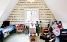 Bolig: Bolig: Rå newyorkerstil i et gammelt bondehus - Alt for damerne. Shared attic kids room with high sloping walls. #bunnyinthewindow