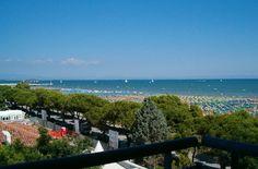La città è situata tra il verde degli alberi e il blu del mare e del cielo