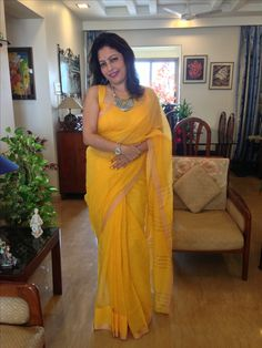 Old is gold Indian Wife, South Indian Bride, Big Girl Fashion, Over 50 Womens Fashion, Aunty Desi Hot, Beautiful Women Over 40, Aunty In Saree, Elegant Saree, Most Beautiful Indian Actress