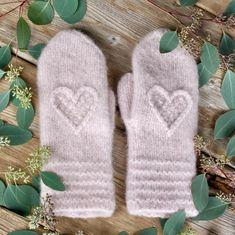 """""""Varmer både hender & hjerter."""" Oppskrift til tovet damemodell med hjerte sydd i kjedesting. Hjelpevideoer: Trenger du hjelp ligger det hjelpevideoer under Sigruns strikkeskole som viser både hvordan du strikker tommel, feller, syr kjedesting og former Hjertevotten etter toving. Størrelse: S (M) L Garn og garnforb Fingerless Mittens, Knit Mittens, Knitting Projects, Knitting Patterns, Knit Crochet, Crochet Hats, Wrist Warmers, Cardigan Pattern, Knitting Accessories"""