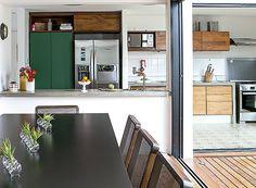 Sala de jantar: a mesa laqueada de preto fosco foi desenhada pelo morador e tem cadeiras da Ovo (Foto: Lufe Gomes/ Editora Globo)