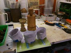 Man kan købe en Potmaker eller lave en selv af træ men et glas, pap-, eller plastrør i den ønskede diameter kan også sagtens bruges