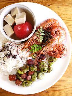 ワンプレートランチ〜赤エビの山椒炒め、そら豆とソーセージの炒め物、トマトと凍み豆腐の煮物