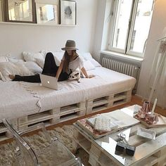 Grand lit en palette dans une chambre cosy