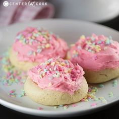 The BEST Soft Sugar Cookies · Easy Family Recipes. A recipe for Soft Sugar Cookies. These easy soft sugar cookies are simple to make and Cookie Desserts, Just Desserts, Cookie Recipes, Dessert Recipes, Dip Recipes, Sweet Recipes, Healthy Recipes, Soft Sugar Cookie Recipe, Soft Sugar Cookies