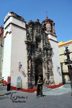 Iglesia de San Diego de Alcalá. Guanajuato. La explanada frente al Templo, sirve  como punto de encuentro para las Tunas Guanajuatenses (estudiantinas) antes de partir a su tradicional recorrido musical por los callejones más famosos de la ciudad.
