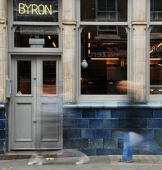 Byron burger in Hoxton is fab. Their burgers are 100% meat & if the oil is clean they can offer you their fab chips gf as well. We love the Skinny Burger with cheese & avocado. A handy chain. Look out for branches across London in Covent Garden, Soho, Greenwich, Putney & beyond. Mgrs always happy to help tailor food to dietary requirements. Bring your own GF bun if you want the full burger experience! #byronburgers #coeliac #hoxton Follow us @coeliacin on twitter.