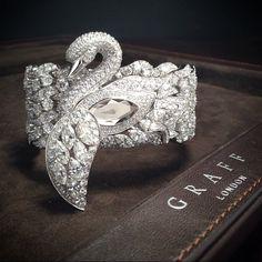 Graff Diamonds' - exquisite Diamond Swan Watch - lift the wing to reveal the time. Bird Jewelry, Animal Jewelry, Jewelry Box, Jewelry Accessories, Jewelry Design, Unique Jewelry, Swan Jewelry, Designer Jewellery, Handmade Jewelry