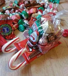 These are so cute and super easy to make. You need a hot glue gun, glue sticks, bags, kit kats, candy canes and whatever candy you'd like to put in Santa's bag. Oh and the santa candies. Oh and the santa candies. I made them with my kids and we are going Christmas Candy Gifts, Christmas Stocking Stuffers, Homemade Christmas Gifts, Christmas Goodies, Kids Christmas, Homemade Gifts, Christmas Stockings, Christmas Decorations, Diy Gifts