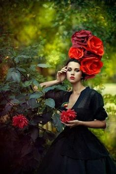 Such a beautiful floral headpiece ❤️ Costume Fleur, Portrait Photography, Fashion Photography, Photography Flowers, Glamour, Floral Fashion, Flowers In Hair, Paper Flowers, Belle Photo