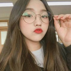 Industry Experts Give You The Best Beauty Tips Ever Ulzzang Glasses, Korean Glasses, Cute Girl With Glasses, Cute Glasses, Glasses Sun, Circle Glasses, Glasses Style, Uzzlang Girl, Ulzzang Korean Girl