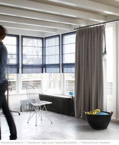 Blauwe transparante vouwgordijnen en beige gordijnen met vlinderretourplooi, aan stoere zwarte roede. Vadain  http://www.wonenonline.nl/interieur-inrichten/raamdecoratie-trends-urban.html