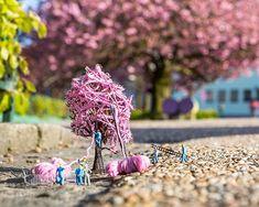 Vårstemning er selve ikonbildet fra gatekunstserien Tiny Bergen fra gatekunstneren Dypedal. Opplag på 30 bilder, signert og nummerert. Digital Print, Bergen, Gate, Printer, Kunst, Portal, Printers, Mountains