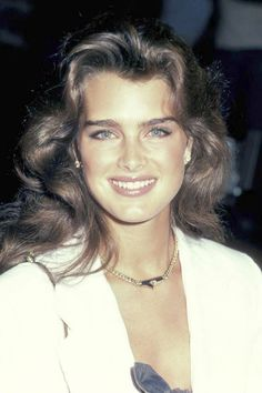 A look back at the best celebrity eyebrows: Brooke Shields.it was fashionable to have thicker brows in the Brooke Shields Jovem, Brooke Shields Young, Celebrity Eyebrows, Vaquera Sexy, 90s Grunge Hair, Brow Shaping, Beautiful Celebrities, Pretty People, Beauty Hacks
