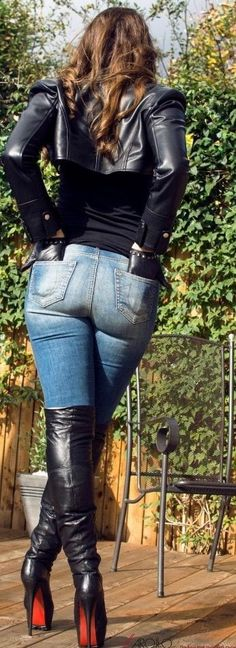 Amateur brunette in black leather bolero jacket gloves jeans thigh boots at home - Kniehohe Stiefel Sexy Jeans, Skinny Jeans, Black Jeans, Thigh High Boots, High Heel Boots, Heeled Boots, Beste Jeans, Sexy Stiefel, Stiletto Boots