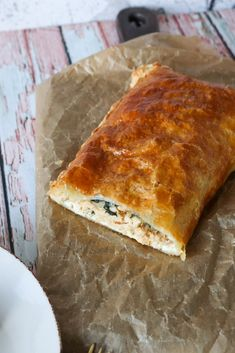 Butterdejsstang Med Kylling, Pikantost Og Spinat Danish Food, Greek Recipes, What To Cook, Tapas, Cheddar, Dinner Recipes, Food And Drink, Yummy Food, Pizza