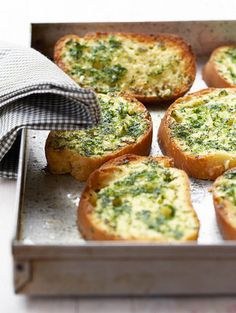 Maklike knoffelbrood  | SARIE |  Easy garlic bread #braai South African Dishes, South African Recipes, Kos, Braai Recipes, Cooking Recipes, Ma Baker, Good Food, Yummy Food, Yummy Recipes