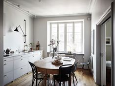 Minimalist Home Interior A perfect mixture of styles - via Coco Lapine Design.Minimalist Home Interior A perfect mixture of styles - via Coco Lapine Design Farmhouse Style Kitchen, Modern Farmhouse Kitchens, Home Kitchens, Kitchen Wood, Farmhouse Design, Diy Kitchen, Oval Kitchen Table, Kitchen Dining, Room Kitchen