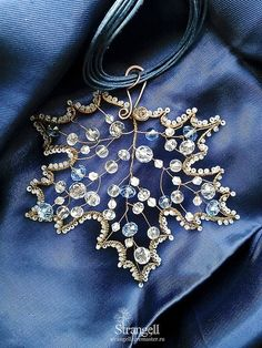 Wire and beadwork maple leaf ornament Wire Pendant, Wire Wrapped Pendant, Wire Wrapped Jewelry, Wire Jewelry, Beaded Jewelry, Handmade Jewelry, Jewellery, Leaf Pendant, Wire Crafts