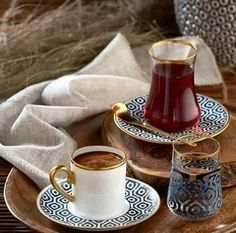 By Éphémeride seasonal calender Pause café, ou pause thé Coffee Latte, I Love Coffee, Coffee Set, Coffee Break, Coffee Time, Coffe Bar, Iced Coffee, Tea Time, Turkish Coffee Cups