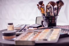 Deadly Superbugs Found In 9 Out Of 10 Makeup Bags New Research found the majority of in-use make-up products such as beauty blenders, mascara and lip gloss are contaminated with potentially life threatening superbugs. Bright Makeup, Colorful Makeup, Simple Makeup, Basic Makeup, It Cosmetics, Best Makeup Tips, Best Makeup Products, Beauty Products, Free Products
