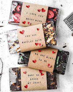 DIY chocolate bars with printed ribbon: last minute gift - nicest things - Alfonso&Chocolate Homemade Chocolate Bars, Chocolate Art, Best Chocolate, How To Make Chocolate, Chocolate Truffles, Chocolate Brownies, Dessert Packaging, Bakery Packaging, Oreo Torte