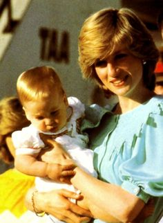 Diana , Charles et William, arrivent à Alice Springs. _ 20 Mars 1983