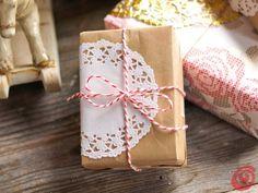 confezioni regalo per natale fai da te - decorare i pacchetti con i pizzi sottotorta