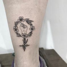 Tatuagem criada por Pétala Cavalcanti de Curitiba. Girl power, símbolo do empoderamento feminino.
