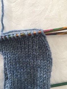 Hjemmelaget: Sokker med gammaldags hælfelling. ( oppskrift) Knitting Socks, Knitted Hats, Pulls, Knitting Projects, Kids And Parenting, Diy And Crafts, Crochet, How To Make, Skor
