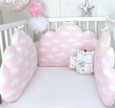 Tour de lit bébé en 60cm large, nuages,  3 grands coussins roses à nuages blancs