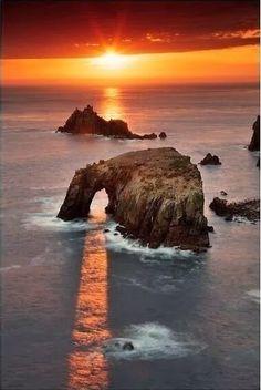 Le rayon de soleil sous la falaise