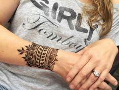 tatouage bracelet dentelle, bracelet à l'henné et t shirt grise avec des scripts