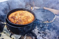 Hvordan lage eplekake på bål og softis i snøen? Iron Pan, Cornbread, Ethnic Recipes, Food, Millet Bread, Essen, Meals, Yemek, Corn Bread